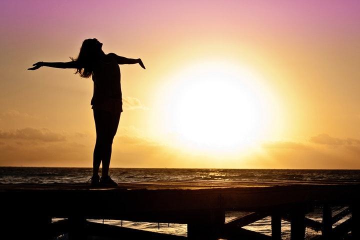 Kvinna står vid havet